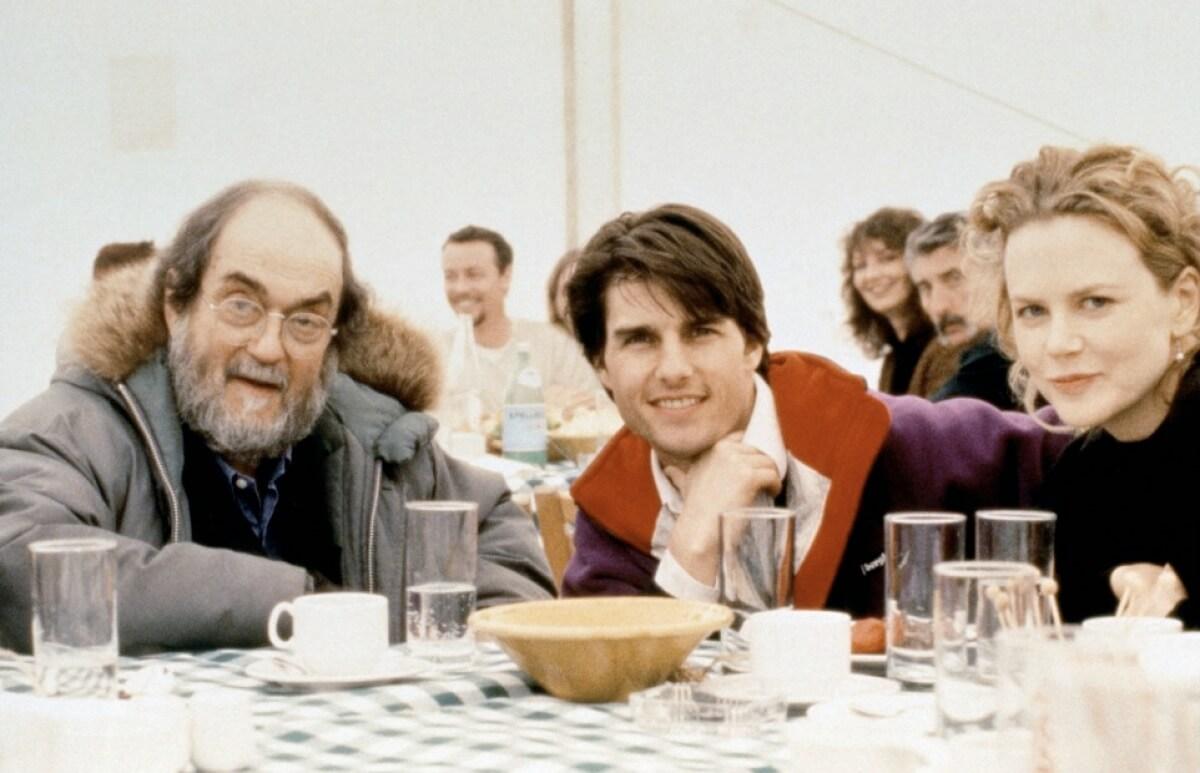 """MV5BNmEzYzg1ODctN2E1ZC00OTlmLWFjMjMtMmUyYjQwMDY1NjRmXkEyXkFqcGdeQXVyNTAyNDQ2NjI@. V1 - Analisando o enigmático """"De Olhos Bem Fechados"""", de Stanley Kubrick"""
