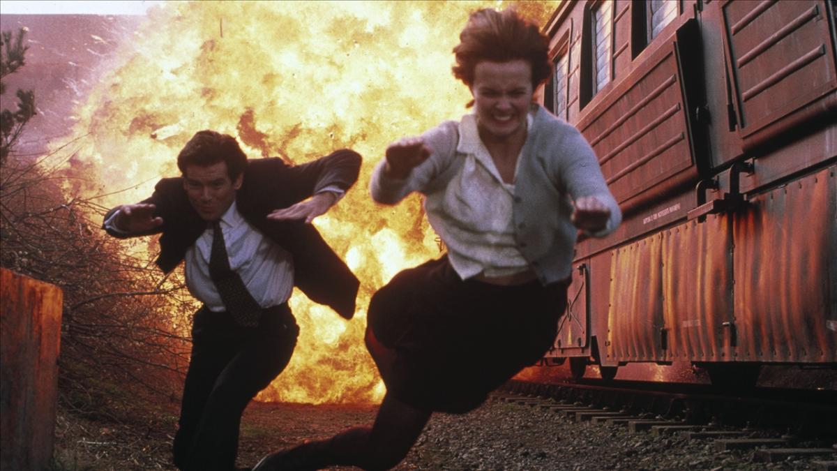 "goldeneye james bond pierce brosnan sean bean famke janssen 1995 spy thriller action film movie review spectre alan cumming robbie coltrane - ""007 Contra Goldeneye"", de Martin Campbell, no TELECINE"