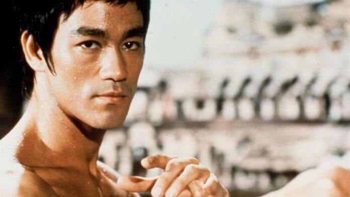 lee 696x392 - O inigualável Bruce Lee, mestre de si mesmo