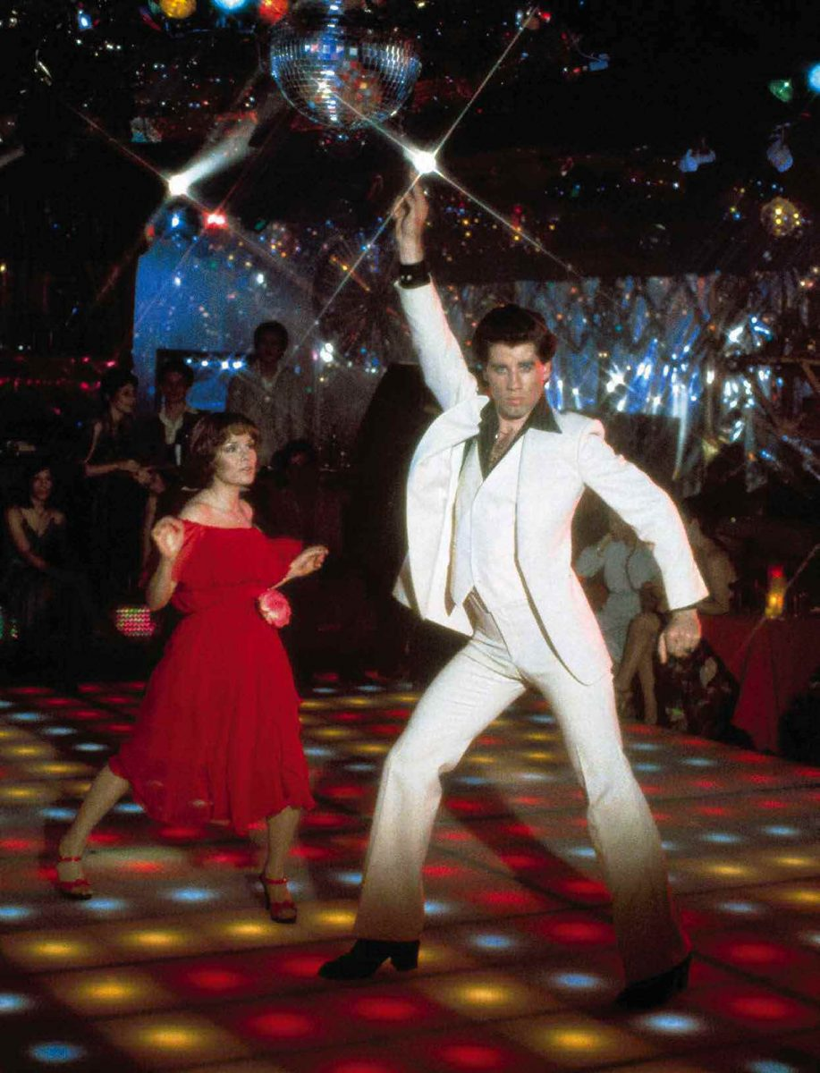 "Saturday Night Fever John Travolta Tony Manero Bee Gees Stayin Alive scaled - Sétima Arte em Cenas - ""Os Embalos de Sábado à Noite"", de John Badham"