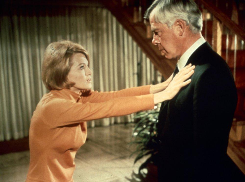 "point blank 1967 008 angie dickinson pushing lee marvin bfi 00m sk6 - Sétima Arte em Cenas - ""À Queima-Roupa"", de John Boorman"