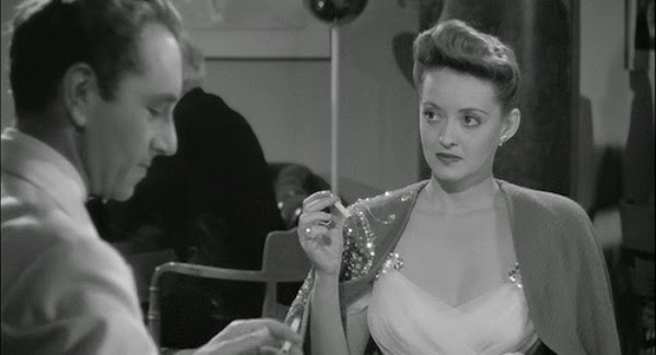 "bette davis now voyager wispy evening gown cape at table1 - Tesouros da Sétima Arte - ""A Estranha Passageira"" e ""John e Mary"""