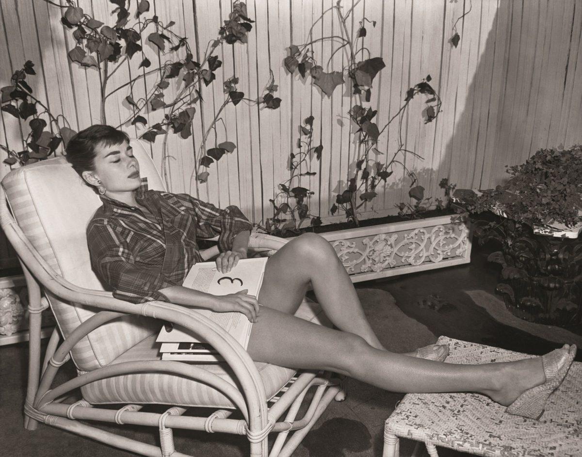 1478189183 audrey hepburn style at home plaid shirt scaled - A vida de AUDREY HEPBURN em FOTOS