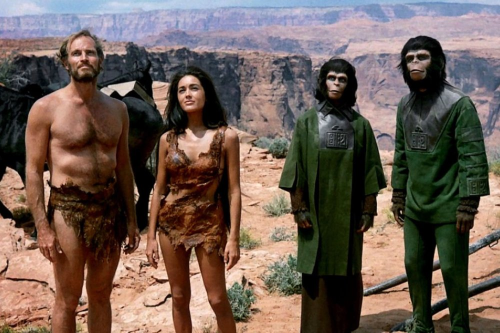 """planet of the apes 1968 001 group against background with rocks - """"Planeta dos Macacos"""" (1968), de Franklin J. Schaffner"""